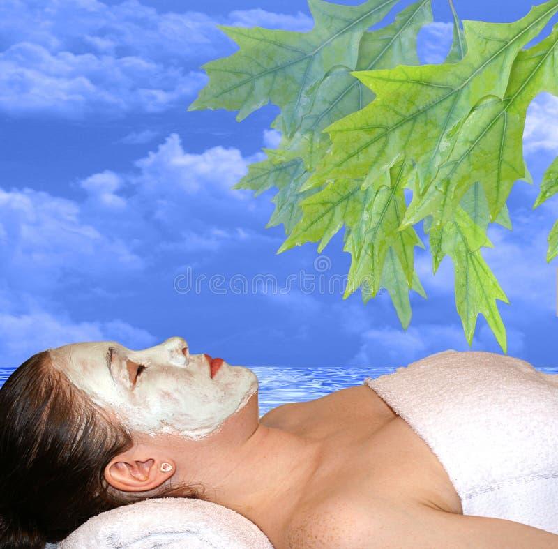 Frau mit Gesichtsmaske durch Meer lizenzfreies stockbild
