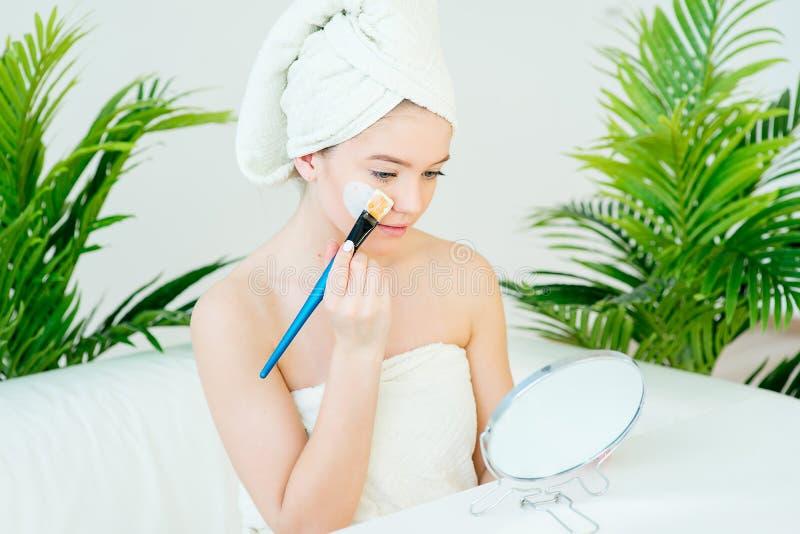 Frau mit Gesichtsschablone lizenzfreie stockfotografie