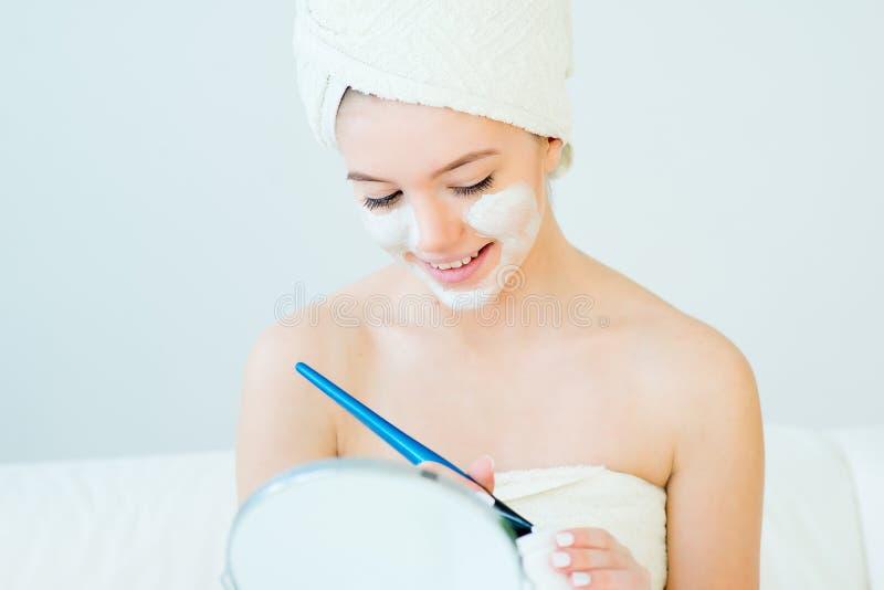 Frau mit Gesichtsschablone lizenzfreie stockbilder