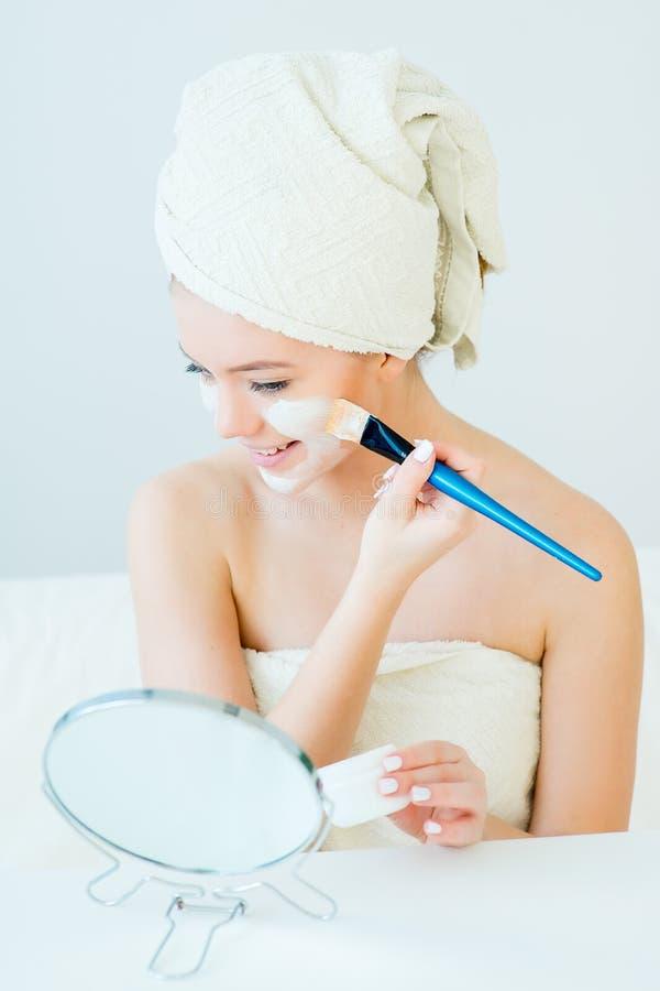 Frau mit Gesichtsschablone lizenzfreie stockfotos
