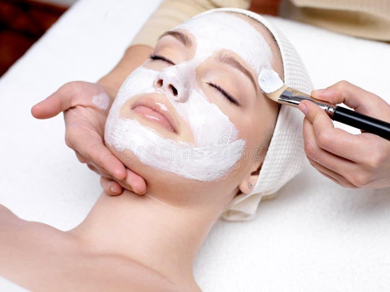 Frau mit Gesichtsschablone am Schönheitssalon lizenzfreie stockbilder