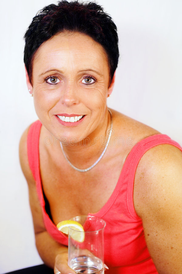 Frau mit Getränk stockfoto