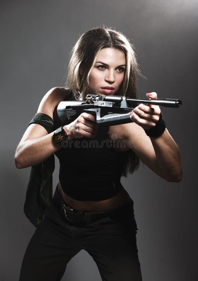 Frau mit Gewehr stockfotos