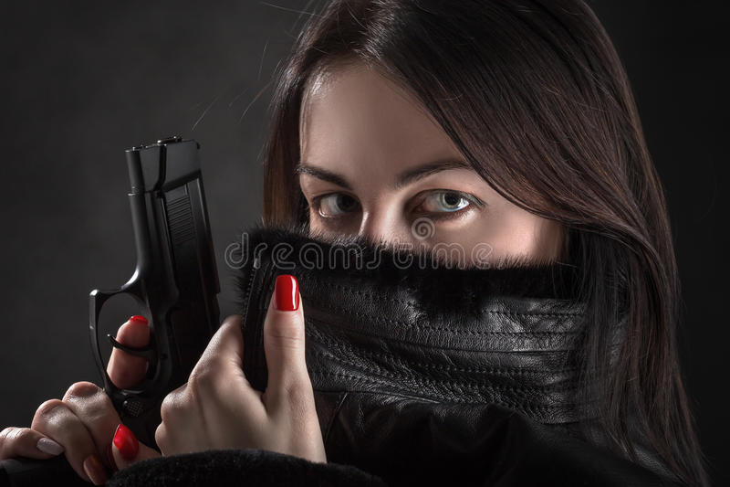 Frau mit Gewehr stockfoto