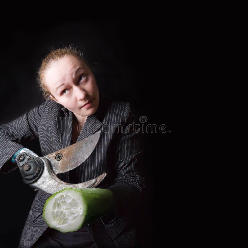 Frau mit Gewehr anstelle der Hände