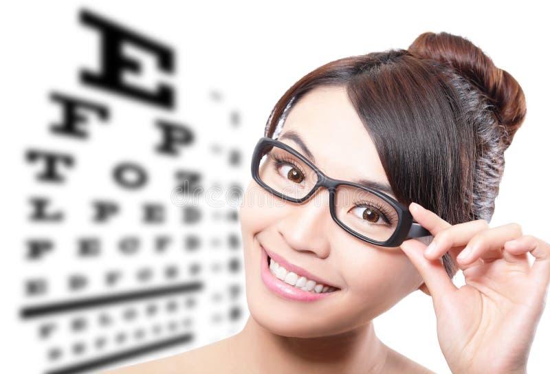 Frau mit Gläsern und Sehtestdiagramm stockbild