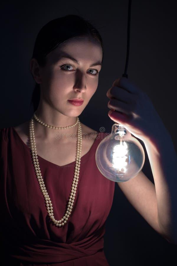 Frau mit Glühlampe lizenzfreie stockfotos