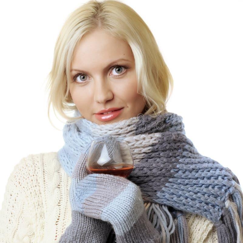 Frau mit Glas des Kognaks stockfoto