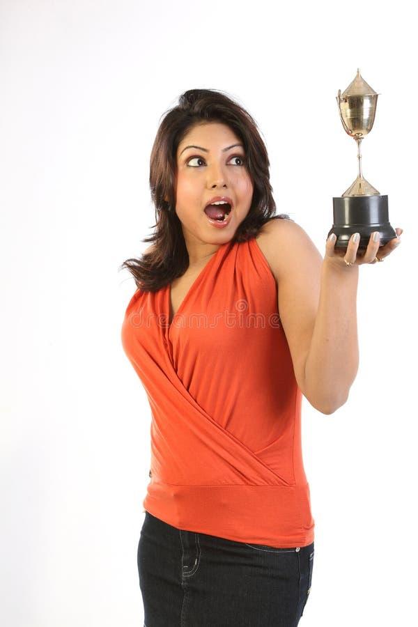 Frau mit Goldtrophäe lizenzfreie stockfotos