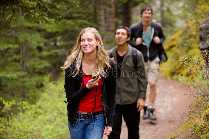Frau mit GPS im Wald lizenzfreie stockbilder