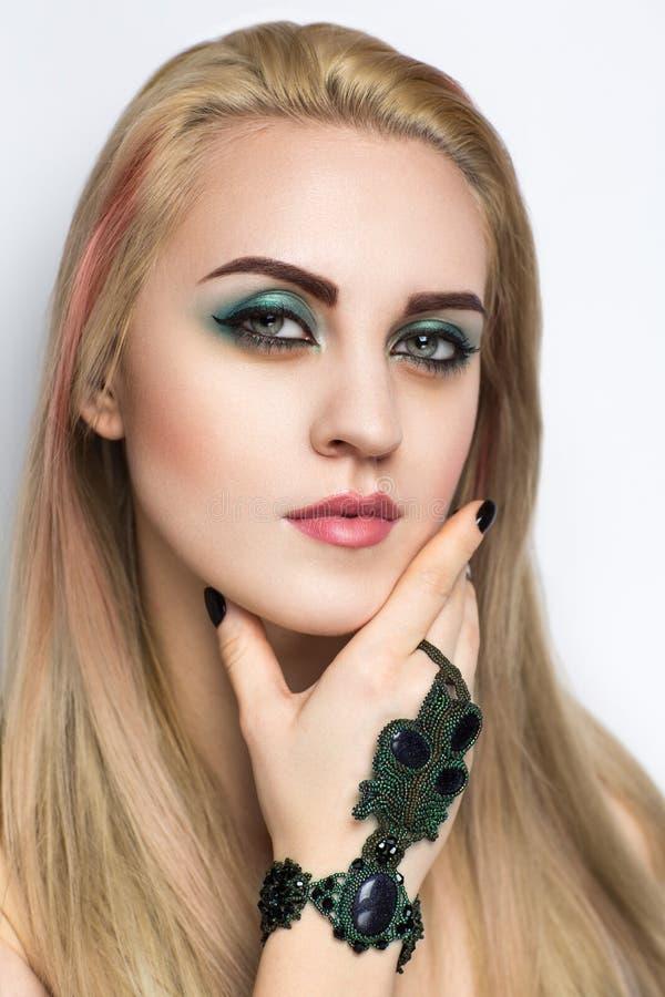 Frau mit grünem Armband stockfotografie