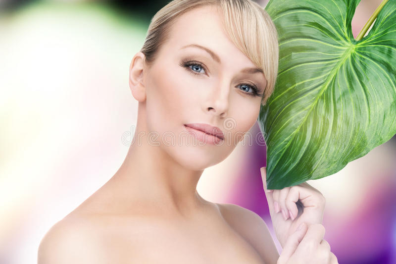 Frau mit grünem Blatt lizenzfreies stockfoto