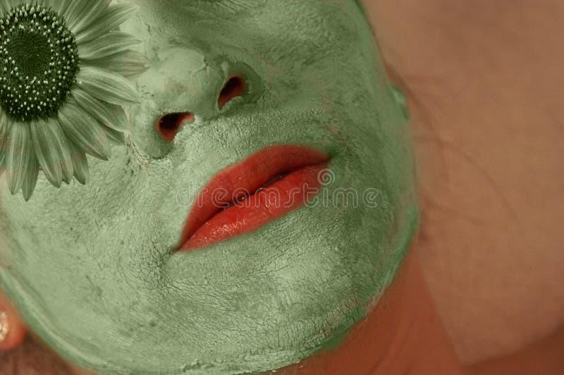 Frau mit grüner Maske auf Gesicht lizenzfreie stockbilder