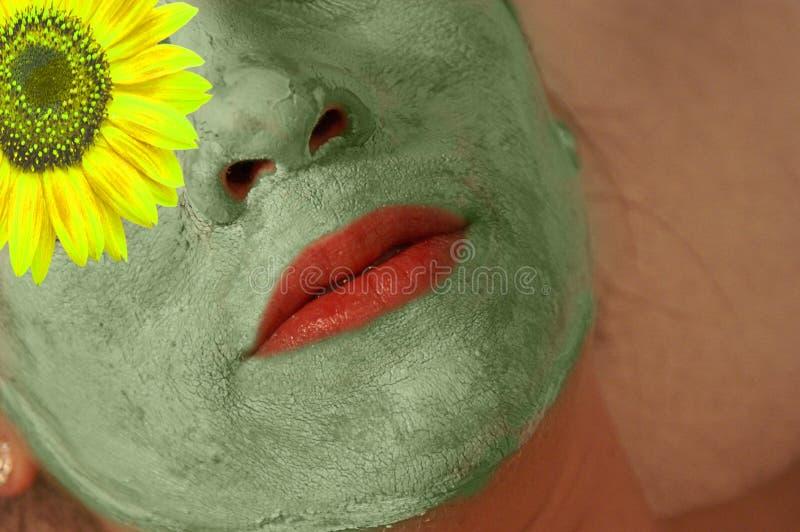 Frau mit grüner Maske auf Gesicht lizenzfreies stockfoto