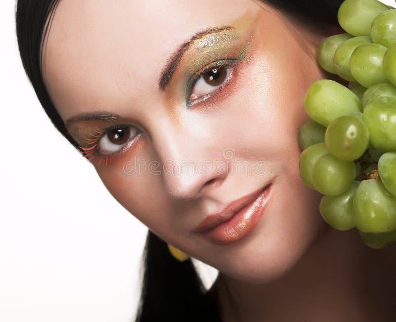 Frau mit grüner Traube stockbilder