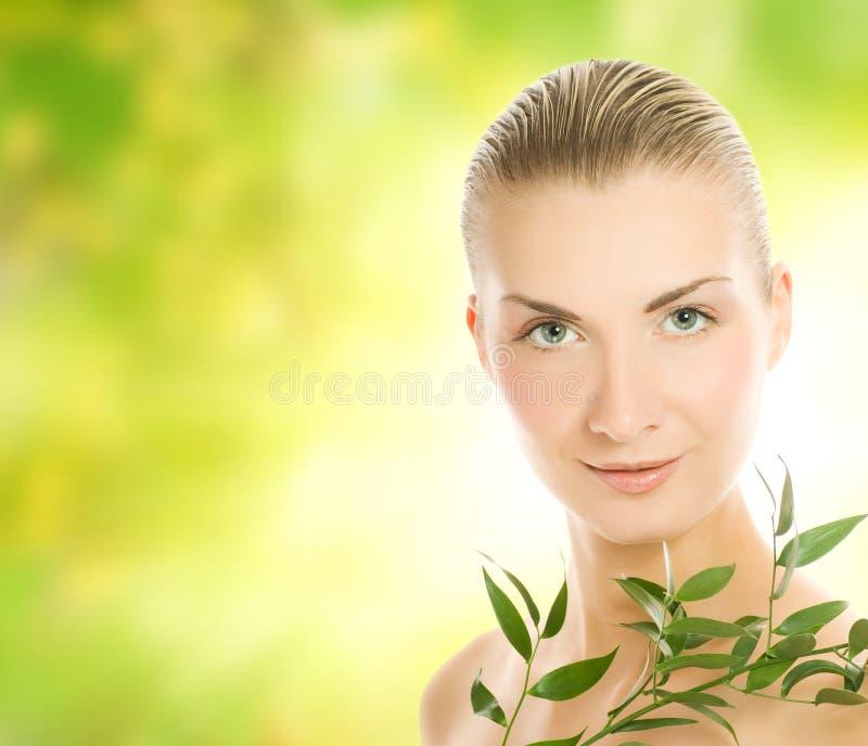 Frau mit Grünpflanze stockbild