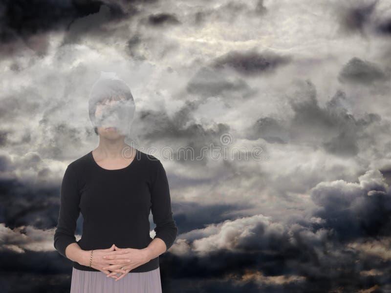 Frau mit grauen Wolken Krise, Traurigkeitskonzept lizenzfreies stockbild