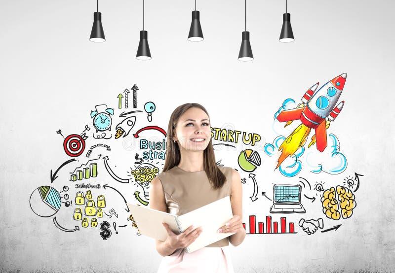Frau mit großer Notizbuch- und Projektprodukteinführung lizenzfreie stockfotos