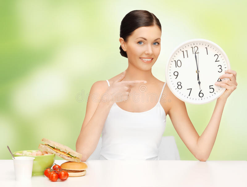 Frau mit großer Uhr stockfoto