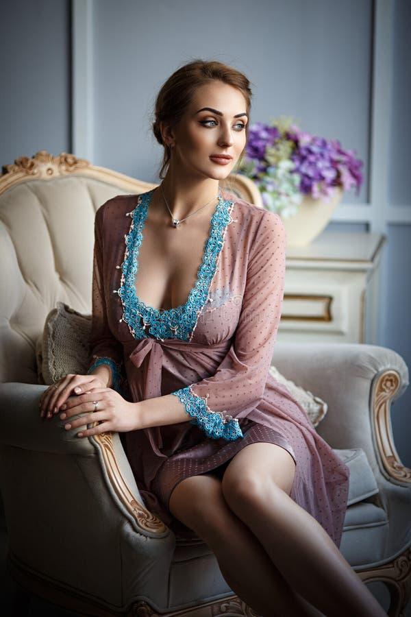Frau mit großes Busen in einer sexy Unterwäsche stockbilder