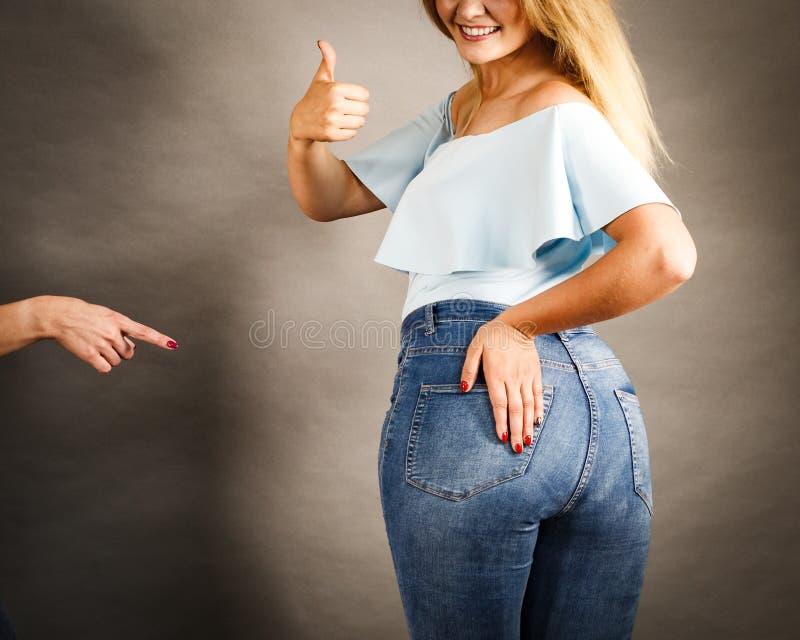 Frau mit großen Hüften stockfotografie
