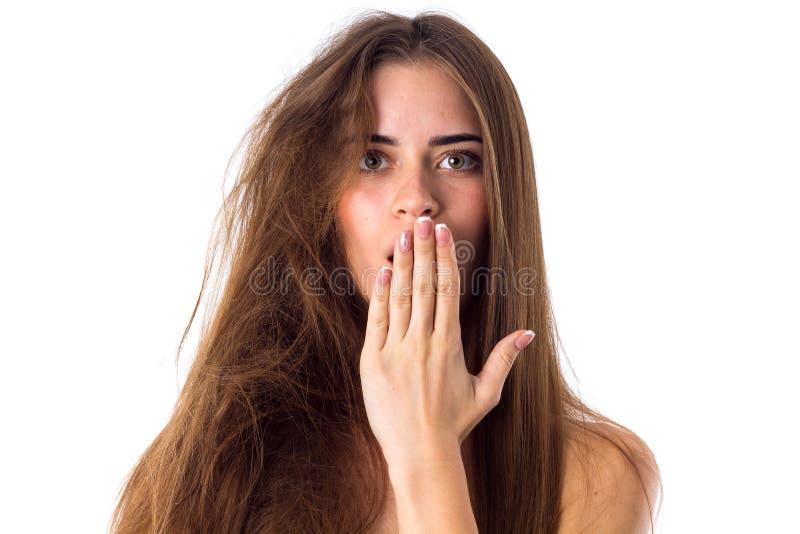 Frau mit Hälfte des Haares gerade und der Hälfte verwirrt stockfoto