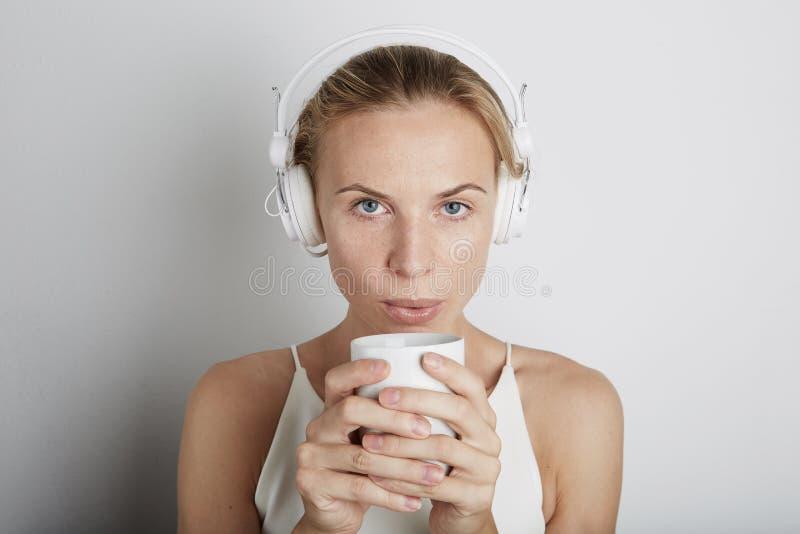 Frau mit hörender Musik der Kopfhörer lizenzfreie stockfotos