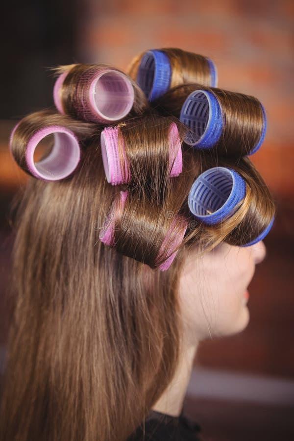 Frau mit Haarrolle auf Haar stockfotos
