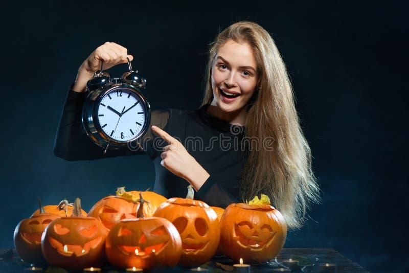 Frau mit Halloween-Kürbisen stockfoto