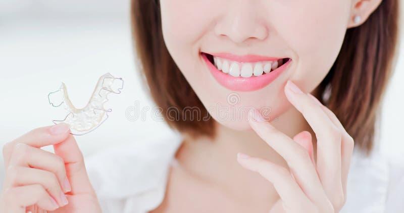 Frau mit Halter für Zähne stockfotografie