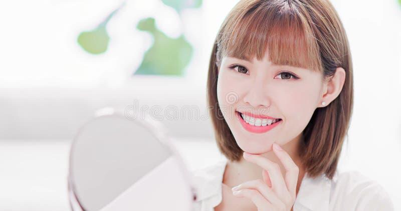 Frau mit Halter für Zähne stockbilder