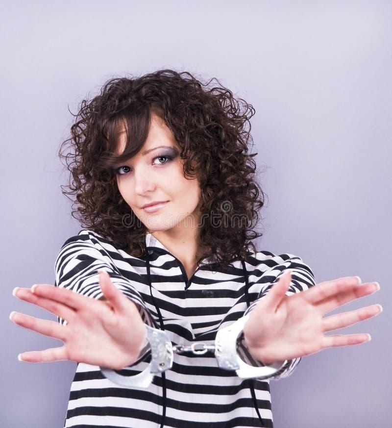 Frau mit Handschellen stockbild. Bild von handschellen