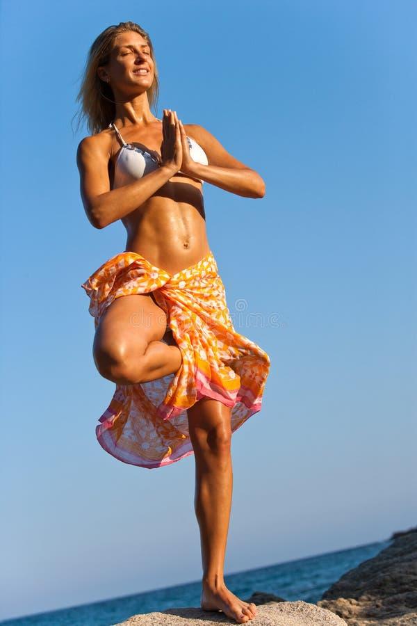 Frau mit Hawaiin Leu meditierend. lizenzfreies stockfoto