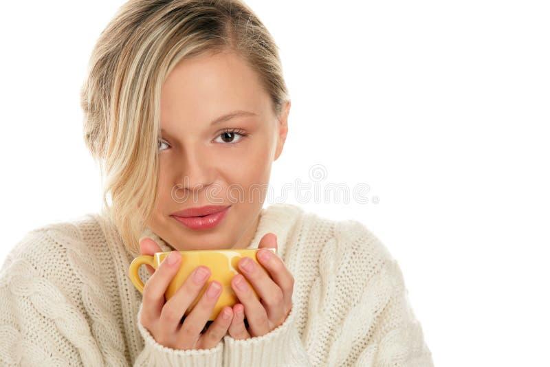 Frau mit heißem Getränk stockfotos