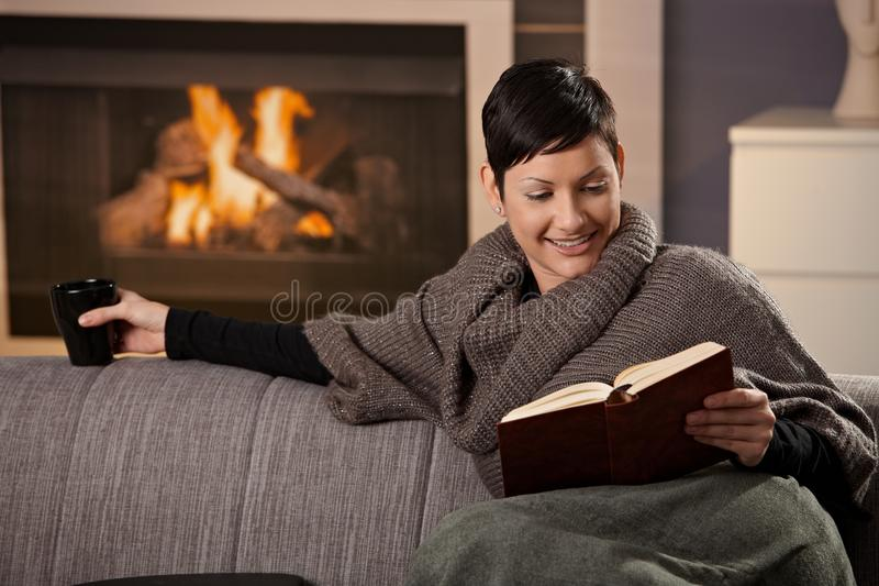 Frau mit heißem Getränk lizenzfreies stockbild