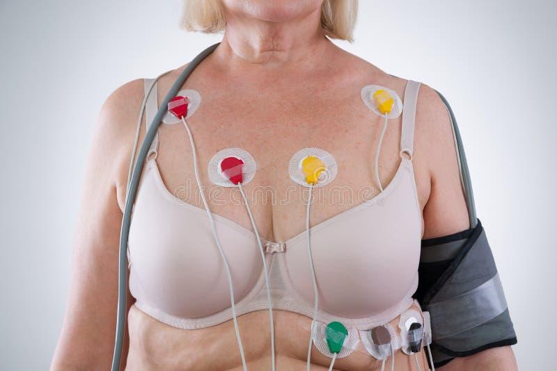 Frau mit holter Monitorgerät für tägliche Überwachung des Elektrokardiogramms und des Blutdruckes stockbilder