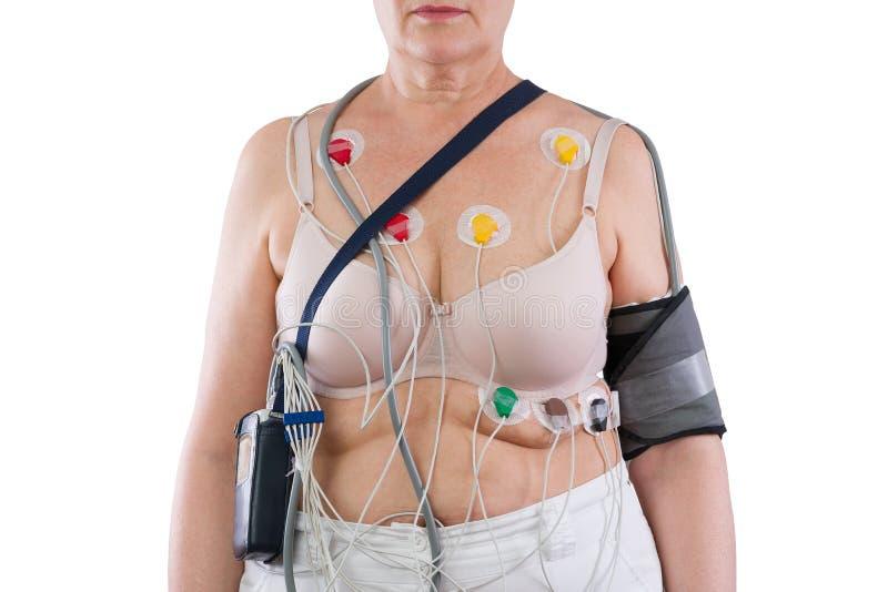 Frau mit holter Monitorgerät für tägliche Überwachung des Elektrokardiogramms und des Blutdruckes lizenzfreie stockfotografie
