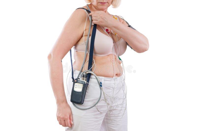 Frau mit holter Monitorgerät für tägliche Überwachung des Elektrokardiogramms und des Blutdruckes stockbild