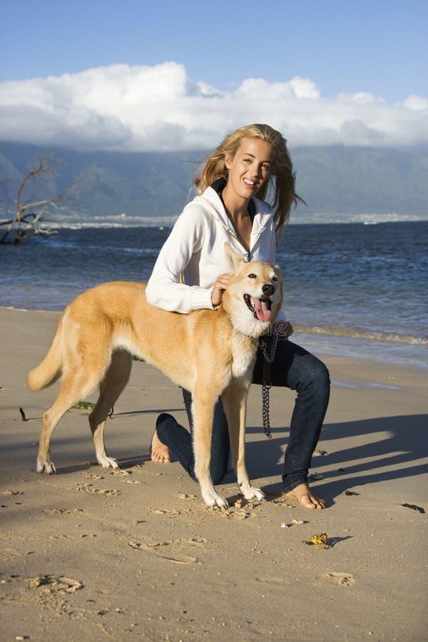 Frau mit Hund. stockbilder