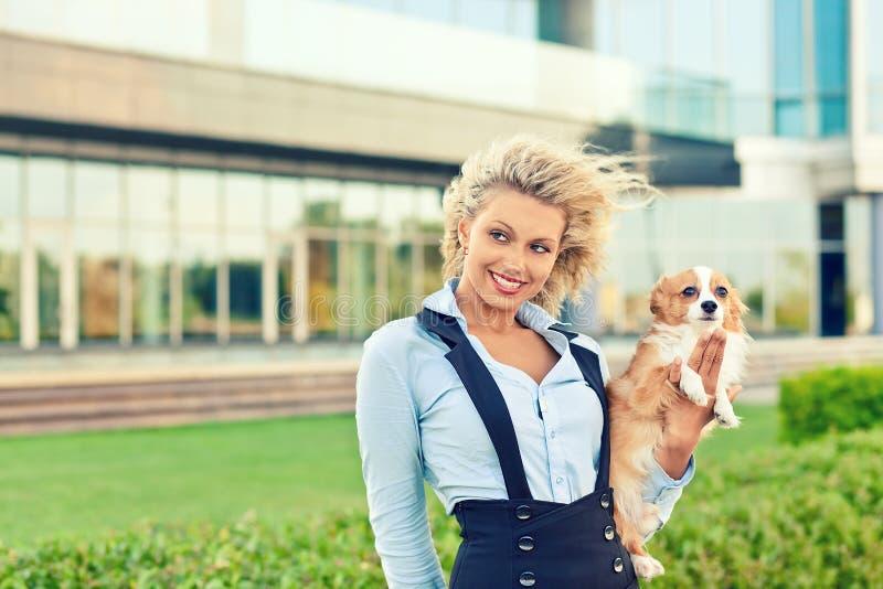 Frau mit Hund lizenzfreie stockfotos
