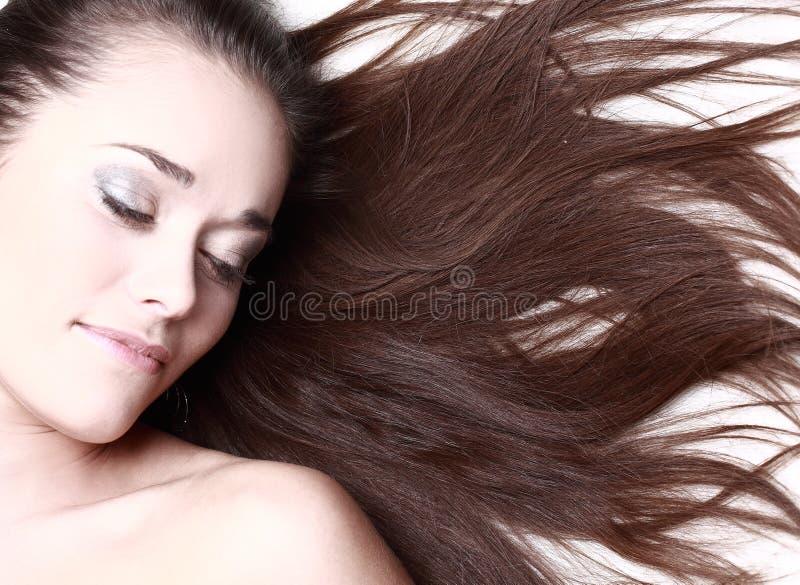 Frau mit ihrem Haarschlag lizenzfreie stockfotos