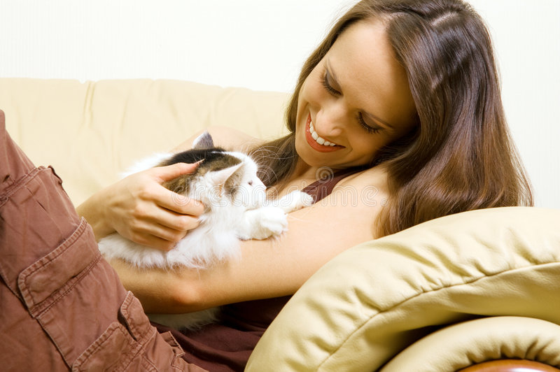 Frau mit ihrem Haustier zu Hause stockfotografie