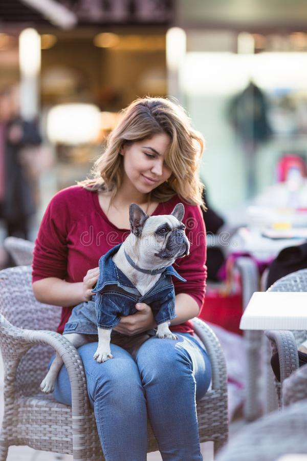 Frau mit ihrem Hund stockfotografie