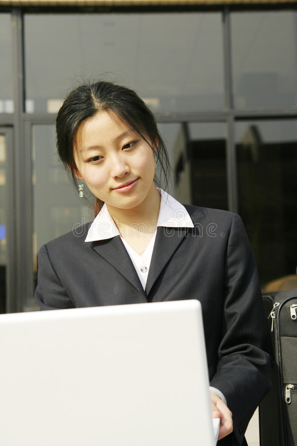 Frau mit ihrem Laptop stockfotos