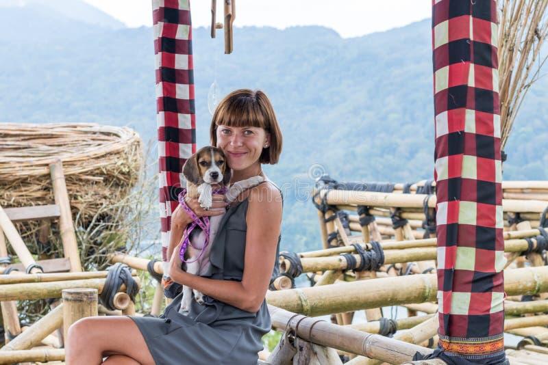 Frau mit ihrem schönen Spürhundhund in der Beschaffenheit von tropischer Bali-Insel, Indonesien Reisen mit Hundekonzept stockfoto