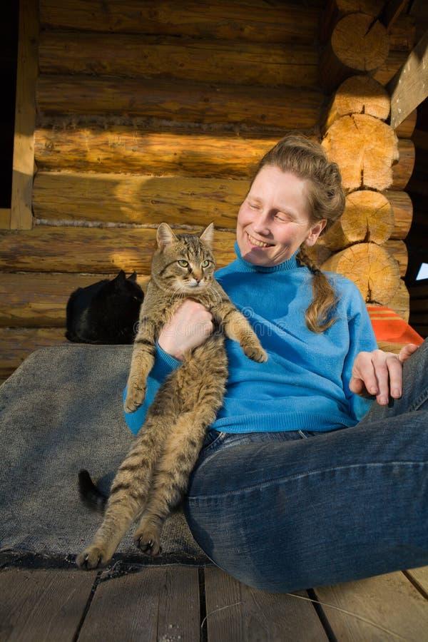 Frau mit ihren Katzen lizenzfreie stockfotografie