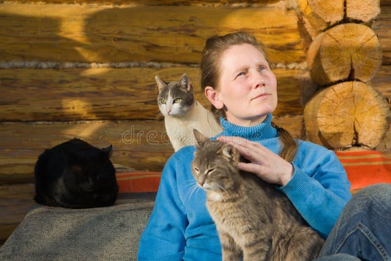 Frau mit ihren Katzen lizenzfreies stockbild