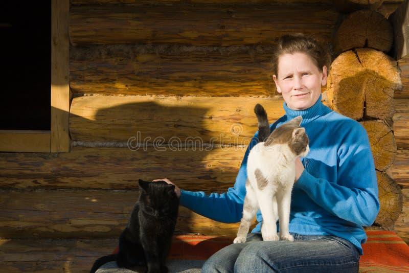 Frau mit ihren Katzen lizenzfreie stockfotos