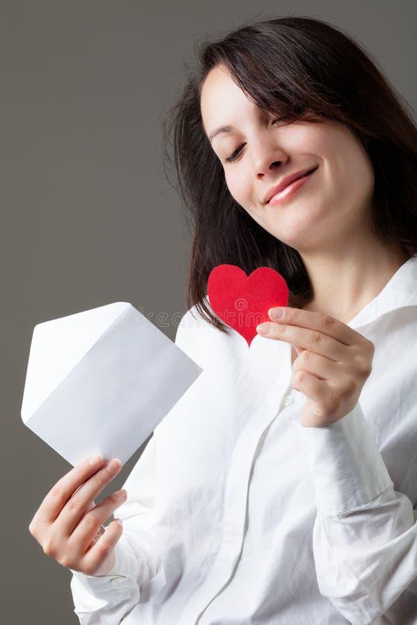 Frau mit Innerem und Umschlag stockfoto