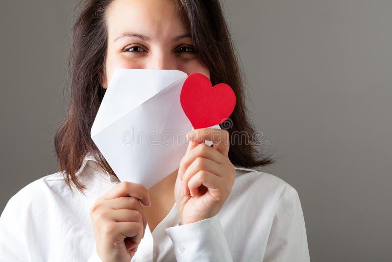Frau mit Innerem und Umschlag lizenzfreie stockbilder
